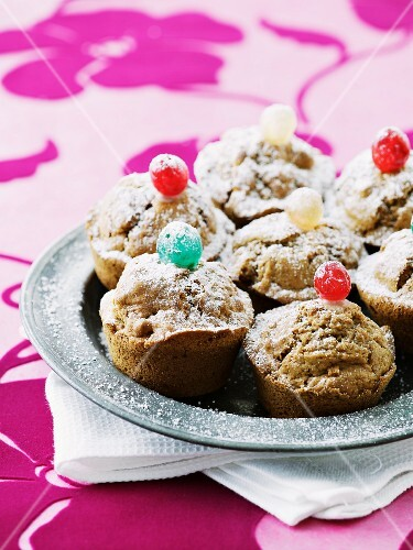 Cinnamon and apple muffins with icing sugar