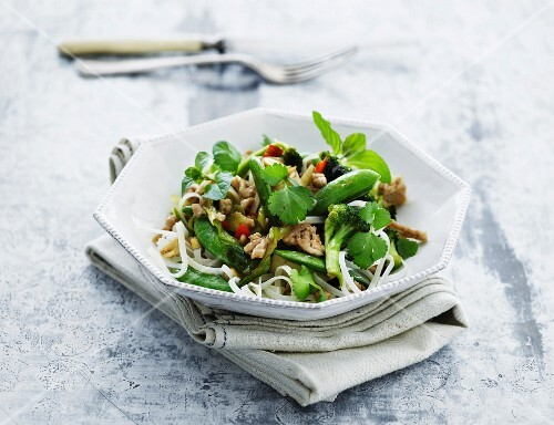 Rice noodles with vegetables and pork