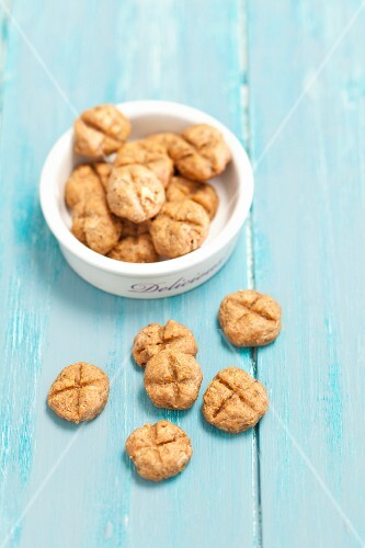 Tuna and wholemeal cookies as cat food