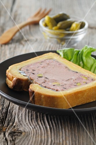 Pastry-wrapped pâté with gherkins