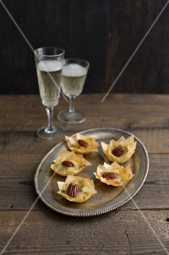 Filo pastry canapés with blue cheese, pear and pecan nuts