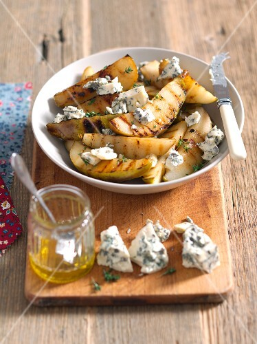 Grilled pears with honey, thyme and blue cheese