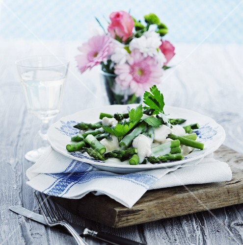 Green asparagus with poached chicken breast and yoghurt sauce