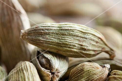Green cardamom pods (close-up)