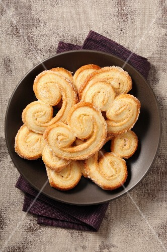 Palmiers in a brown bowl