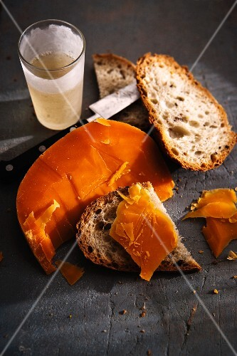 Bread with mimolette (sliced cheese, French)