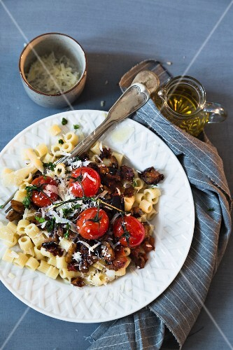 Pasta with aubergines, tomatoes and cheese