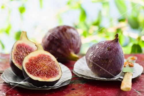 Fresh figs, whole and halved