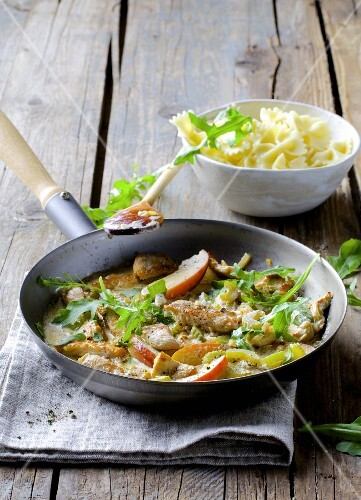 Turkey ragout with apples and rocket