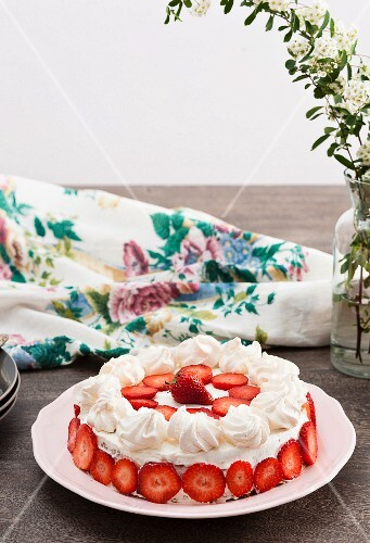 A summery cream cake with strawberries