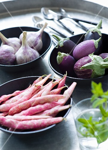 Garlic, aubergines and Borlotti beans in bowls