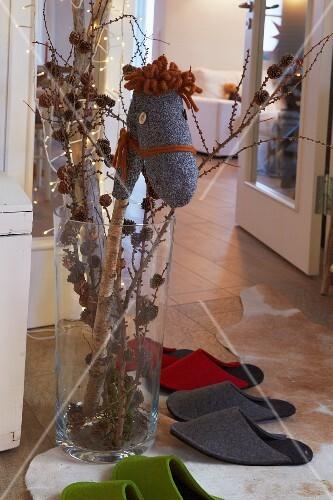 Selbst Gemachtes Sockensteckenpferd In Weihnachtlich Dekorierte Vase