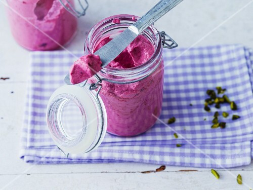 Blackberry and cream cheese spread with cardamom and chopped pistachios