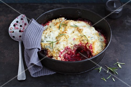 Bulgur wheat bake with beetroot and a Gorgonzola topping
