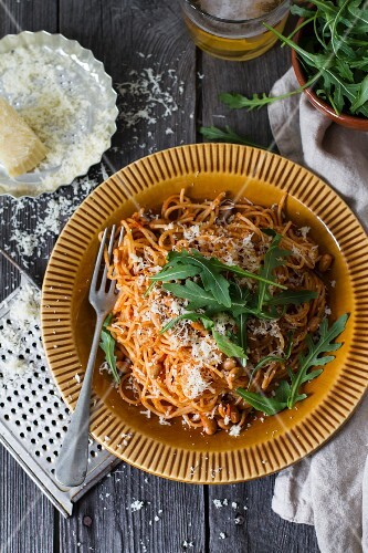 Spaghetti with rocket and grated cheese