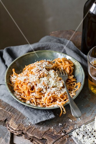 Spaghetti with grated cheese