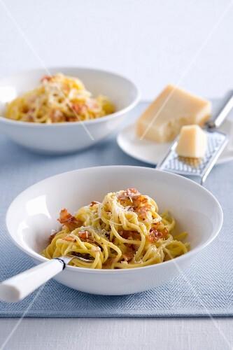 Spaghetti alla carbonara (pasta with egg and bacon, Italy)