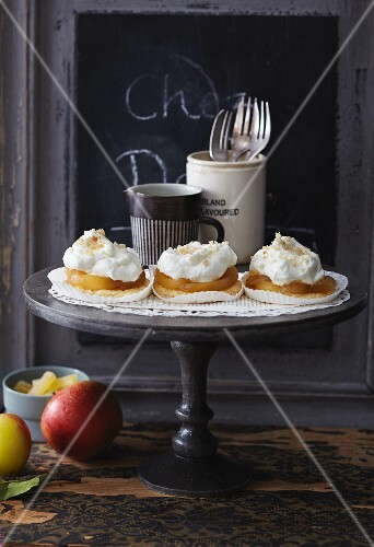 Shortbread with caramelised apples and ginger cream
