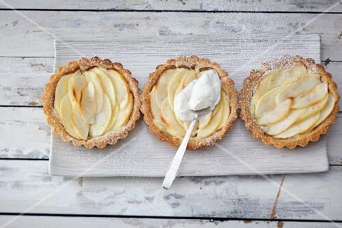 Apple tarts with amarettini bases