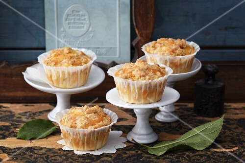 Apple and nut muffins with crumbles