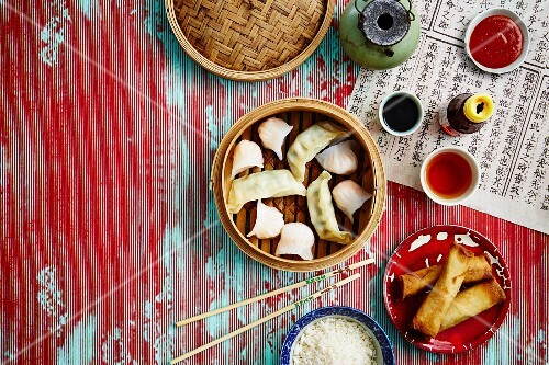 Dim sum, spring rolls, rice and sauces (China)