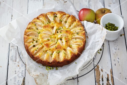 Apple and semolina cake with pistachios