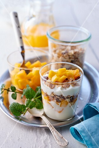 Yoghurt muesli with diced mango