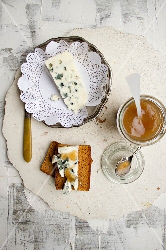 Roquefort cheese with pear honey and bread