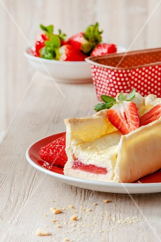 Stuffed cheesecake with strawberries