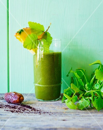 A green smoothie made with purslane, pineapple and dates