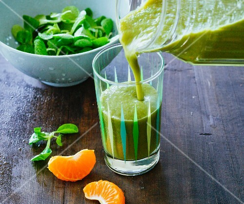 Lychee and banana smoothie with mandarins, chicory, lamb's lettuce and chilli
