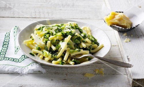 Macaroni with pesto made from spring onions and Parmesan