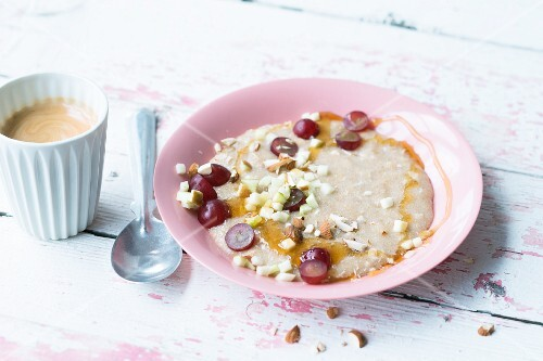 Amaranth porridge with tonka beans, apple and grapes