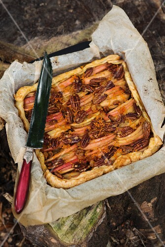Apple cake with pecan nuts