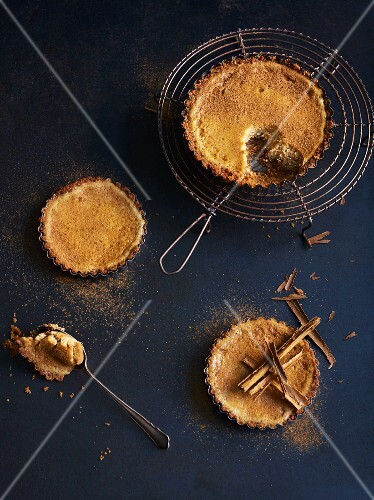 Gingerbread tarts with cream cheese and cinnamon