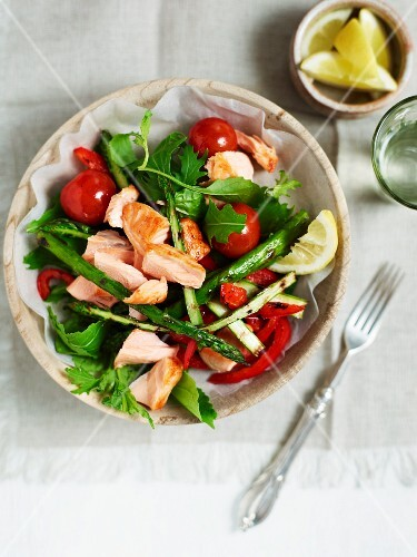 A colourful salad with salmon and grilled green asparagus