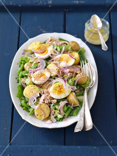 Niçoise salad with green beans, potatoes, eggs, red onions and lettuce