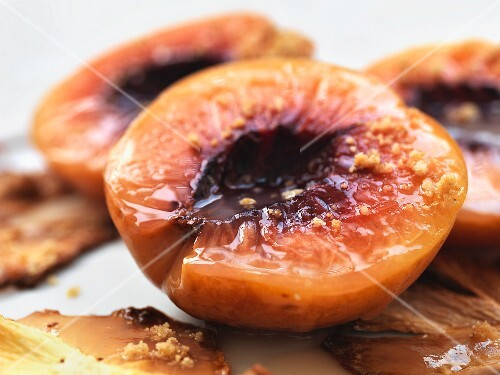 Grilled peaches (close-up)