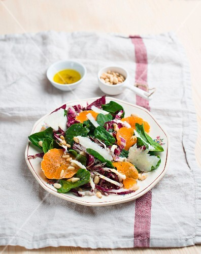 Spinach salad with mandarins and pine nuts