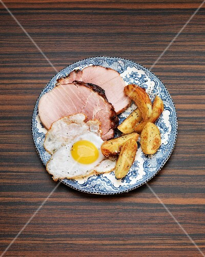 Roast ham with an fried egg and potato wedges