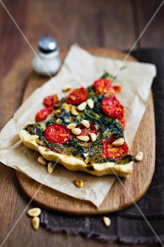 Spinach quiche with tomatoes and pine nuts