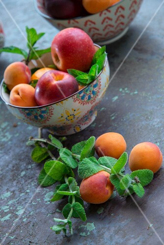 Bowl of apricots and apples