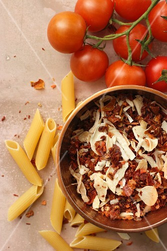 Arrabiata spice mixture, penna and fresh tomatoes (seen from above)