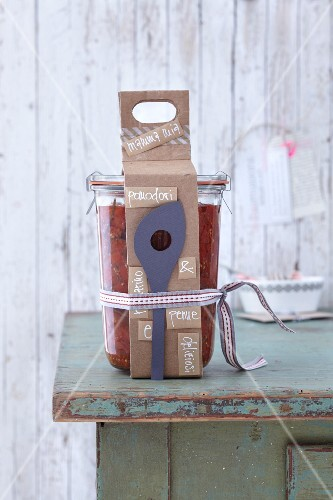 Decorative packing for carrying a gift of preserves