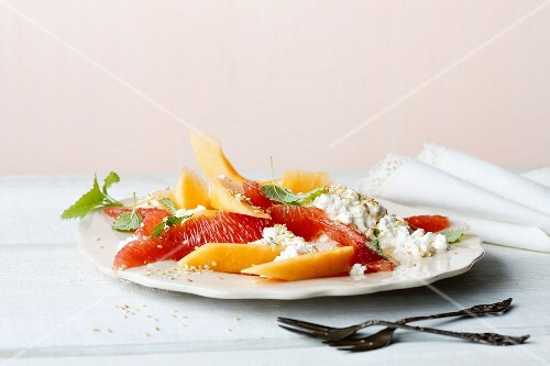 Grapefruit and melon salad with coarse cream cheese