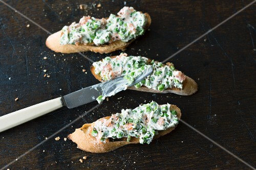 Cream cheese with peas and salmon