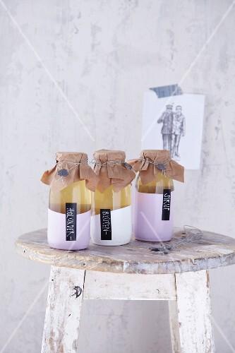 Holunderblütensirup in drei plombierten Flaschen als Geschenk