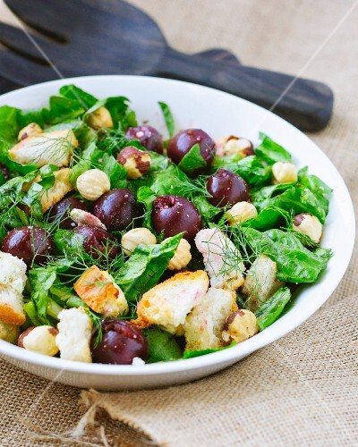 Mixed leaf salad with cherries, hazelnuts and croutons