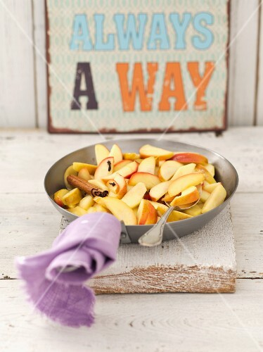 Fried apples with butter, sugar, cinnamon and cloves for an apple tart