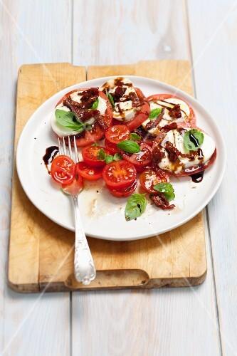 Iinsalata caprese - mozzarella, tomatoes, dried tomatoes and balsamic sauce